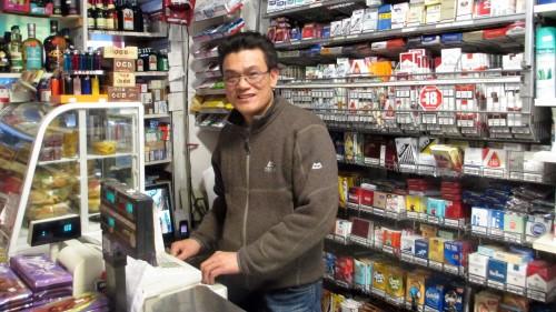 Truyen Bui hinter seinem Tresen. Seit 1996 betreibt er das Lebensmittelgeschäft