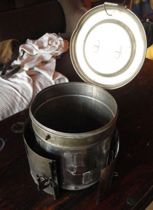 Geöffnetes Gefäß, der seitliche Metallring lässt sich verstellen.