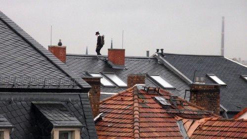 Schornsteinfegerin auf den Dächern der Frühlingstraße