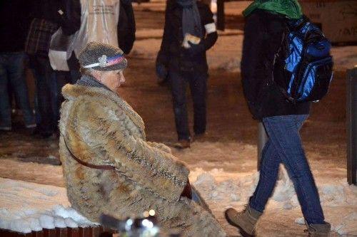 """Engagement kennt keine Grenzen: """"Die ältere Dame konnte kaum laufen, beteiligte sich trotzdem an den Protesten im vergangenen Jahr. Ich habe sie eine ganze Weile beobachtet; schließlich setzte sie sich auf eine Bank um kurz zu verschnaufen. Sie trug ein Stirnband, welches das Motto des Jahres zierte.""""Foto und Geschichte: Kerstin Fröhlich"""
