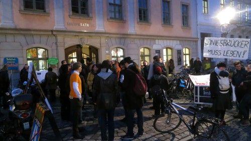 Vor dem Kulturrathaus demonstrierte die Bürgerinitiative