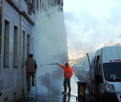 mit jeder Menge Dampf rücken die Profi-Reiniger dem Straßenschmuck zuleibe