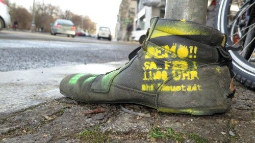 Demo-Hinweis-Schuh am Bischofsweg