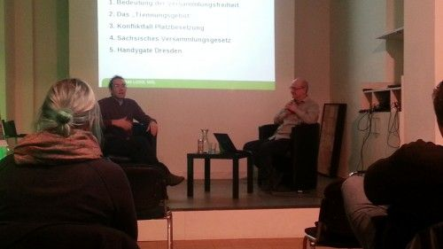Johannes Lichdi und Hans vom Aktionsbündnis Dresden Nazifrei klären rechtliche Fragen rund um das Thema Sitzblockaden