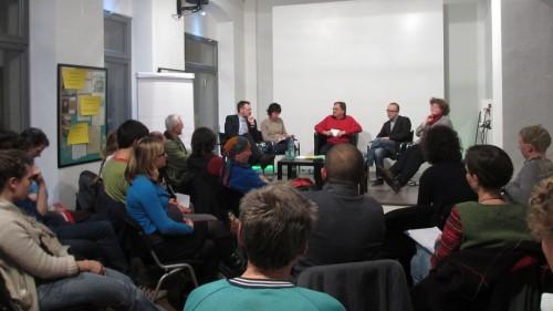 Die Grüne Ecke war gut gefüllt.  In der abschließenden Diskussion stellte sich das Podium den Fragen des Publikums.