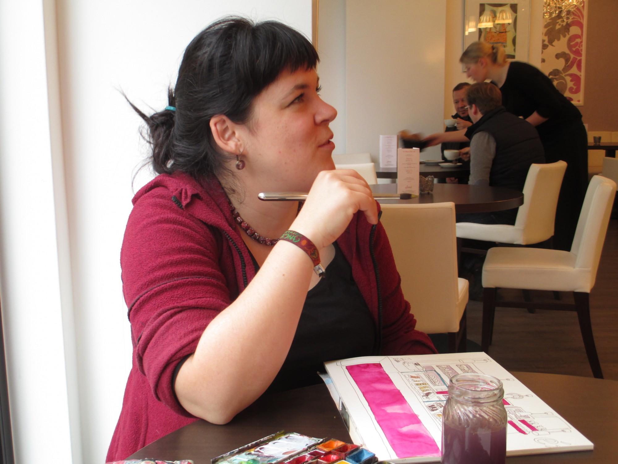 """Anne im Café """"emoi"""". Ein Portrait dauert zwei Stunden."""