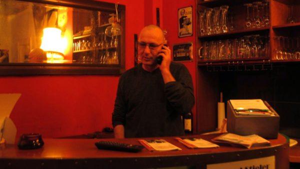 Detlef G. Skowronek (genannt Julius): Den Telefonhörer nimmt er gern in die Hand. Der Wischmob wird allerdings verweigert