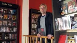 Sven Voigt inmitten von Horror und Thrillern