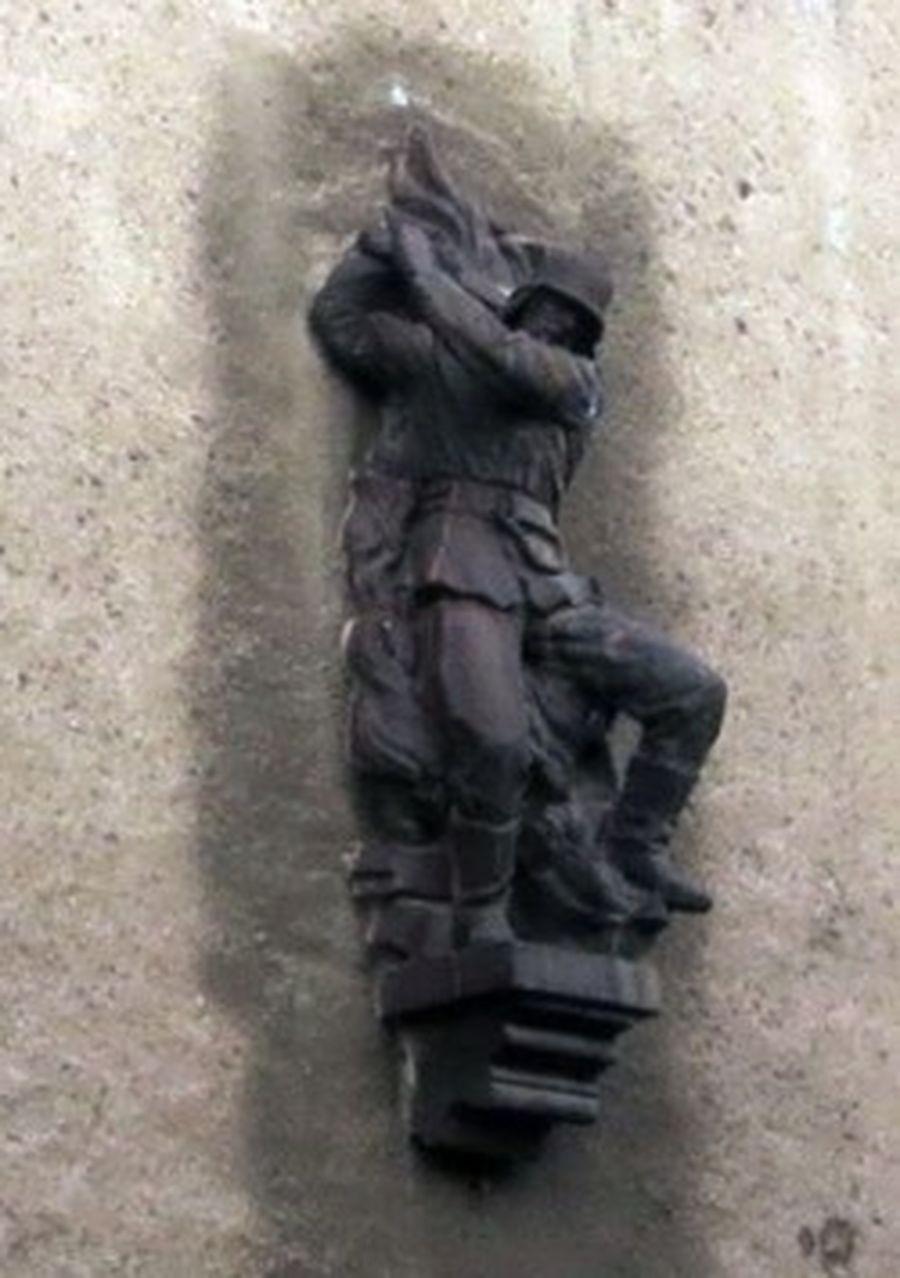Feuerwehrmann-Skulptur in der Hausfront