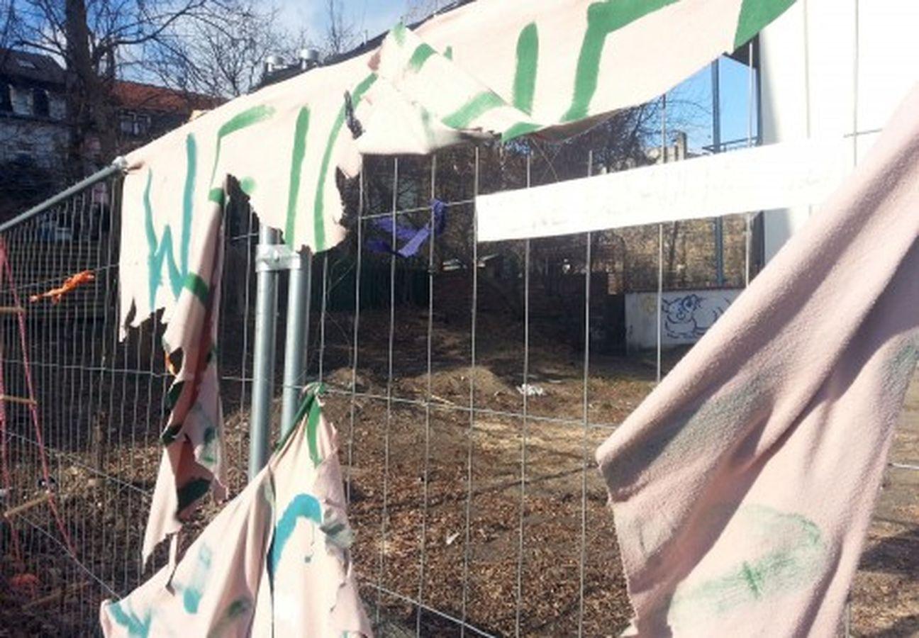 Beim Baumfällen gingen die Transparente auch gleich kaputt.