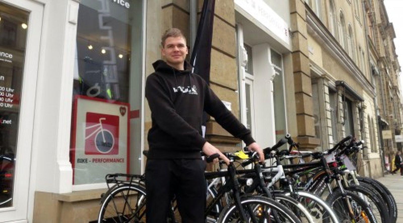Benjamin Ehrlich vor seinem nigelnagelneuen Fahrradladen