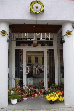 Inzwischen wurden noch viel mehr Blumen abgestellt. Danke an Katrin für das Foto.