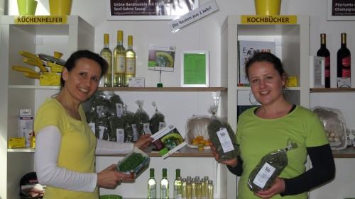Sabine Zestermann und Katharina Raue vor ihrem Bestseller: Grüne Bandnudeln