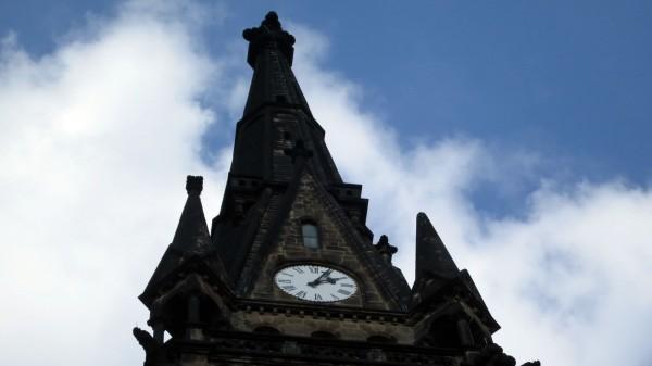 Auch die Uhr Martin-Luther-Kirche wird in der Nacht zurückgedreht.