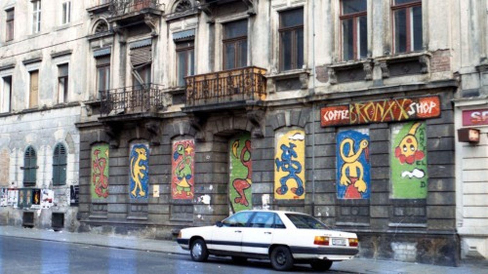 Die zugemauerten Fenster der Bronxx auf der Alaunstraße erinnerten noch Jahre später an den Überfall.
