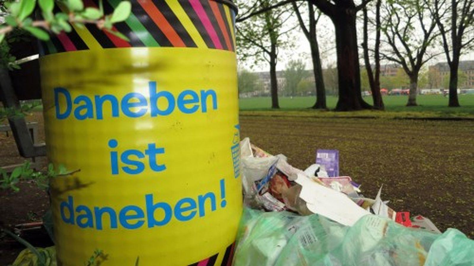 Die bunt beklebten Mülltonnen werden offenbar sehr gut gefunden, jetzt müssen sie nur noch häufiger geleert werden.