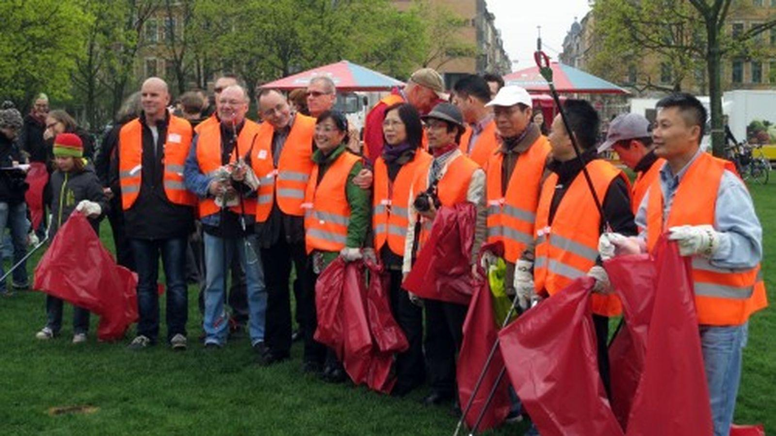 Ortsamstsleiter André Barth mit Reinigungsaktivisten