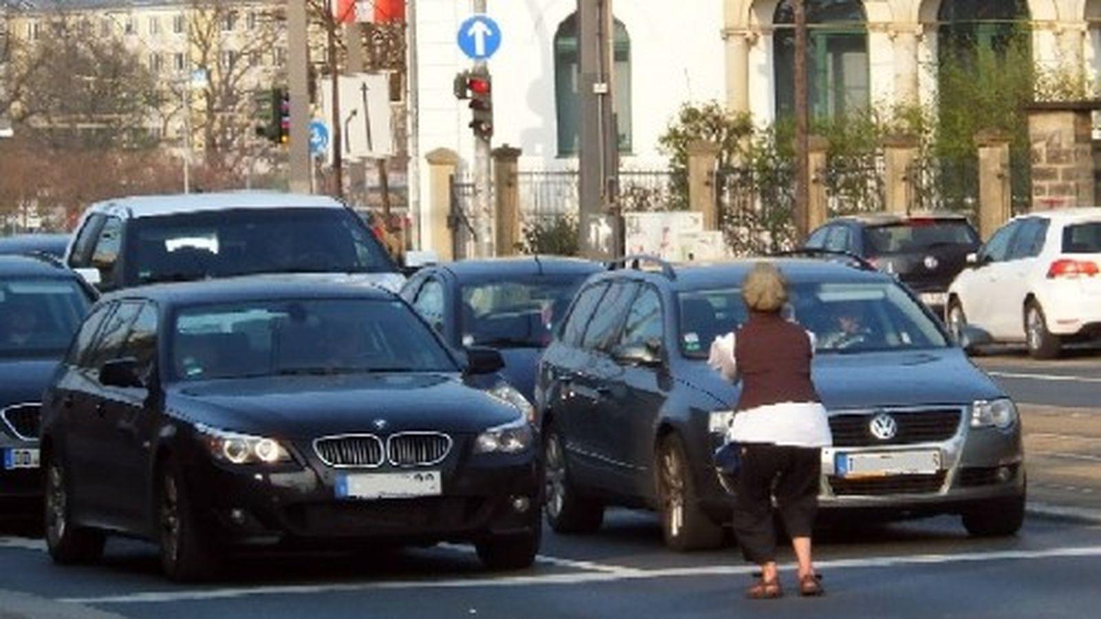 Die Autofahrer nehmen die Showeinlage amüsiert zur Kenntnis.
