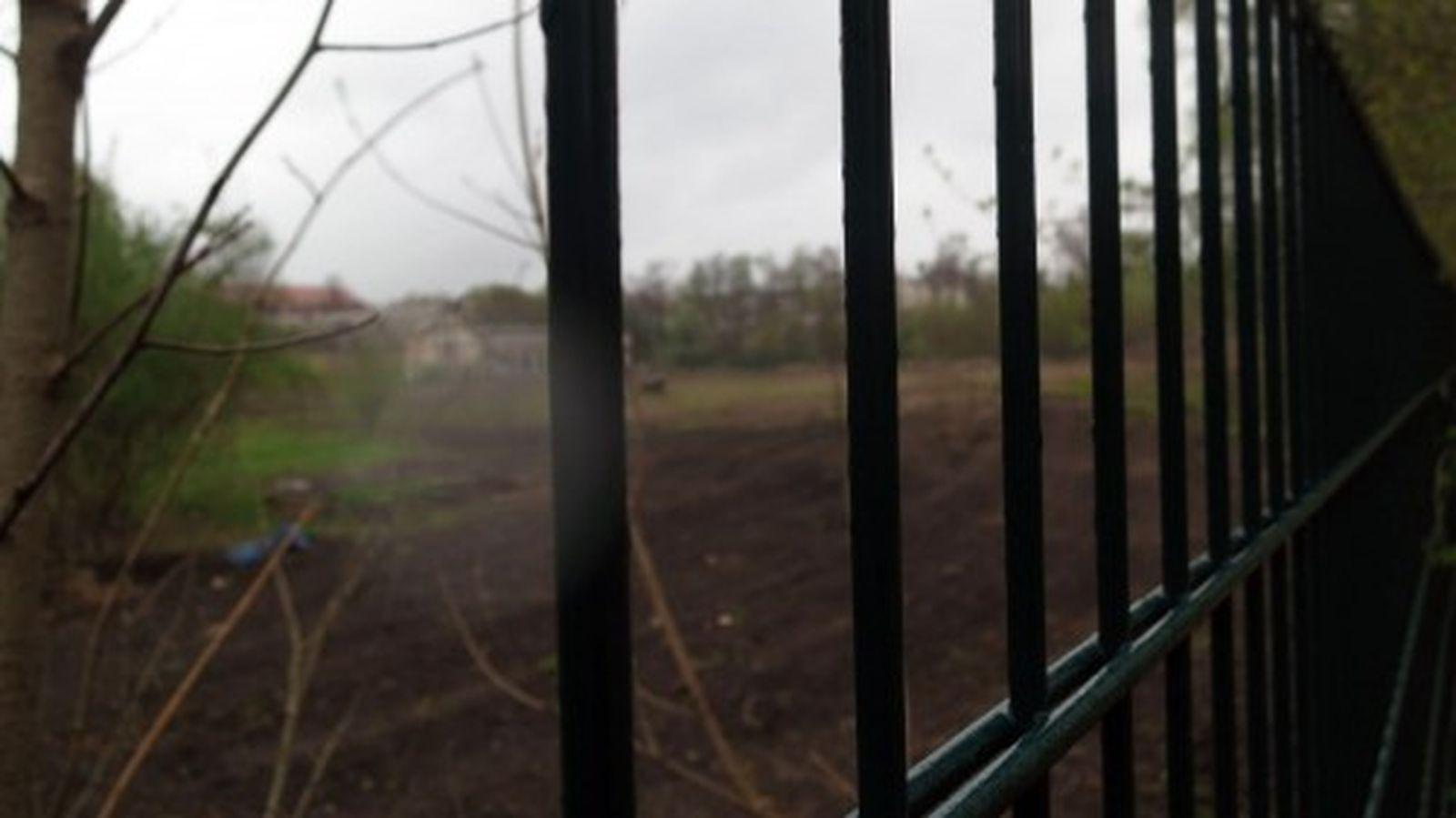 Russensportplatz hinter Gittern - es fehlt am Geld den Platz zu reinigen und zu pflegen