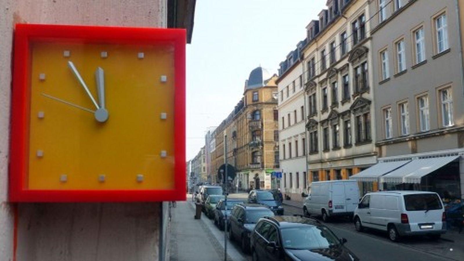 Was will uns diese Uhr auf der Kamenzer Straße wohl sagen.