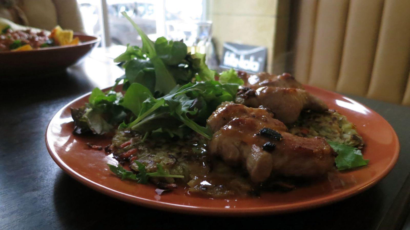 Puffer mit Salat und Steaks