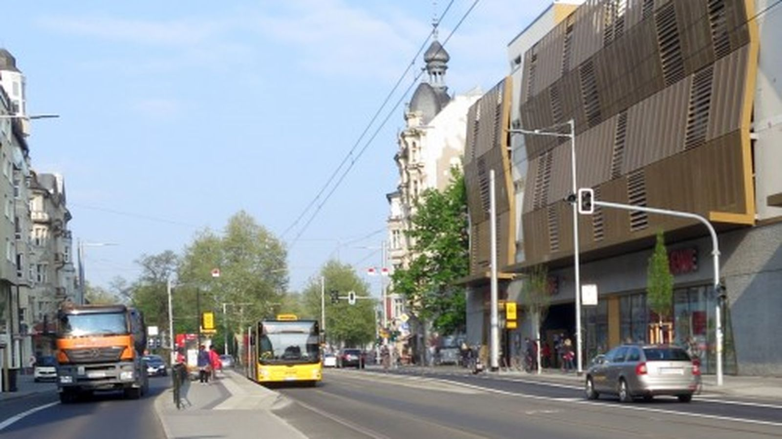 In Richtung Güntzplatz hält der Bus an der Kreuzung Bautzner/Rothenburger Straße