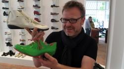 Ausgefallene Farben und Formen präsentiert Schuhverkäufer Thomas Weidemann