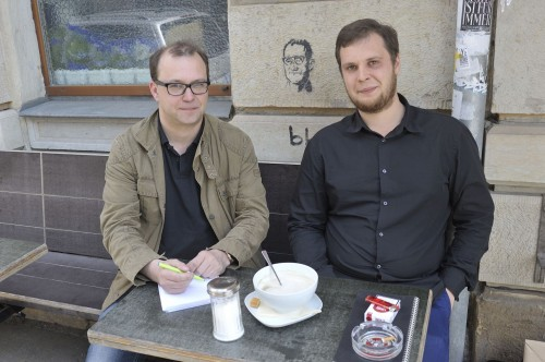 Das Gespräch fand vor dem Café Neustadt statt.