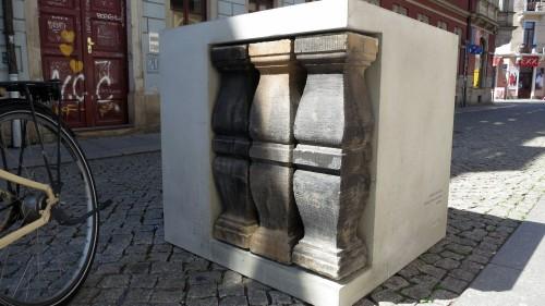 Der Bügelschoner wurde mit Stücken aus dem Lapidarium gestaltet.