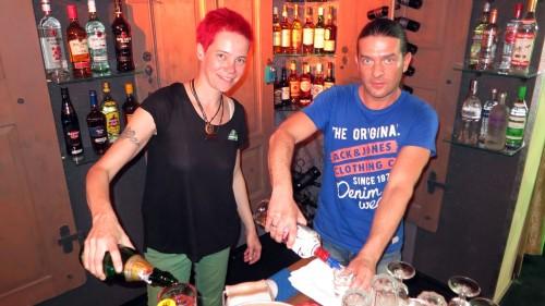 Wirtin und Rückenfreihalter: Nancy und Thoralf im Hoteldebotel