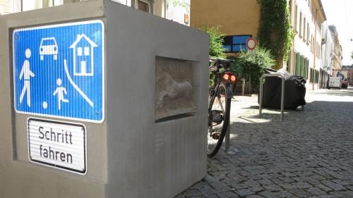 Betonblock als Bügelschoner auf der Böhmischen Straße