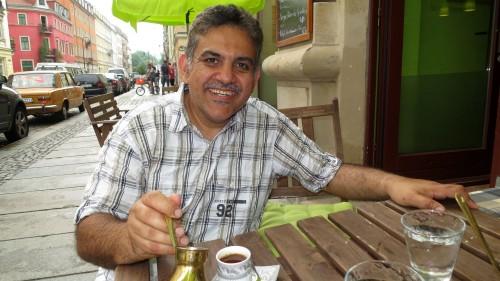 Mutaz Abu Faza serviert vor seinem kleinen Restaurant