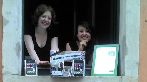 Carla und Nadja vom Sukuma-Verein präsentieren: Die Handysammelbox