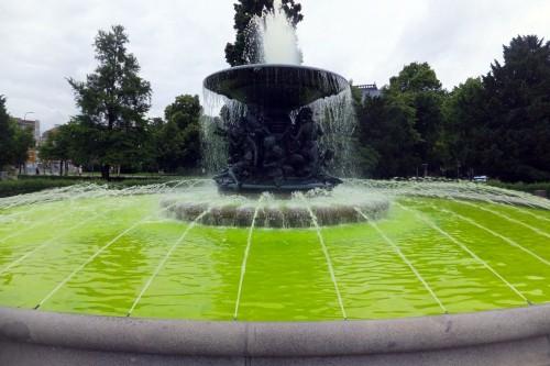 eingefärbter Brunnen am Albertplatz