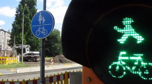 In Richtung Johannstadt dürfen jetzt Radfahrer und Fußgänger die Engstelle passieren.