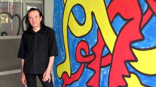 """Richaâârd vor einem seiner Werke in einer Toreinfahrt auf der Prießnitzstraße. Es ist eines seiner jüngsten """"Mauer-Werke"""" und entstand im April 2014"""