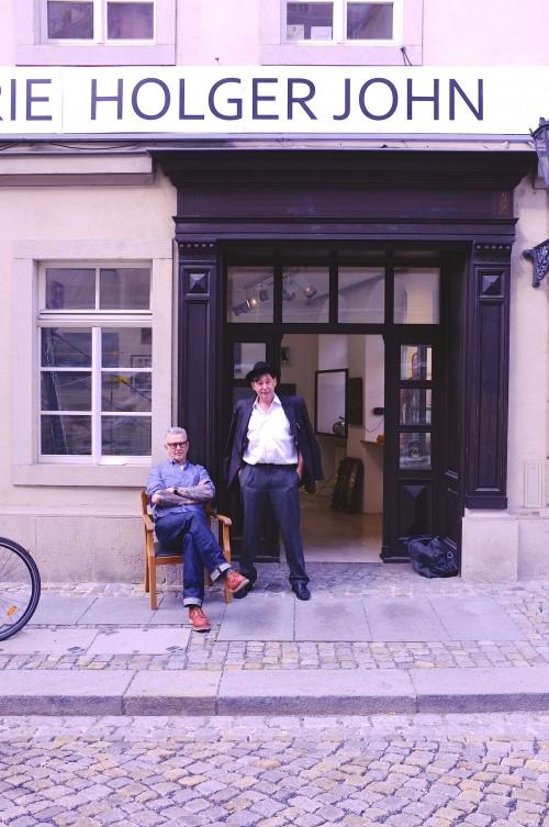 Holger John und H. G. Griese vor der Galerie