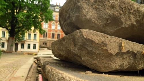 Die mächtigen Granitplatten lagern jetzt vor der Kirche.