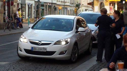 Glück gehabt, die Politessen wiesen den Opel-Fahrer auf seine Falschparkerei hin.