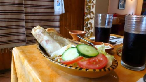 Die Salatbeilage erinnert stark an deutsche Hausmannskost.