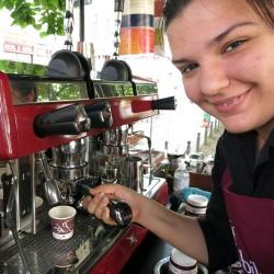 """Polina """"zapft"""" einen Espresso"""