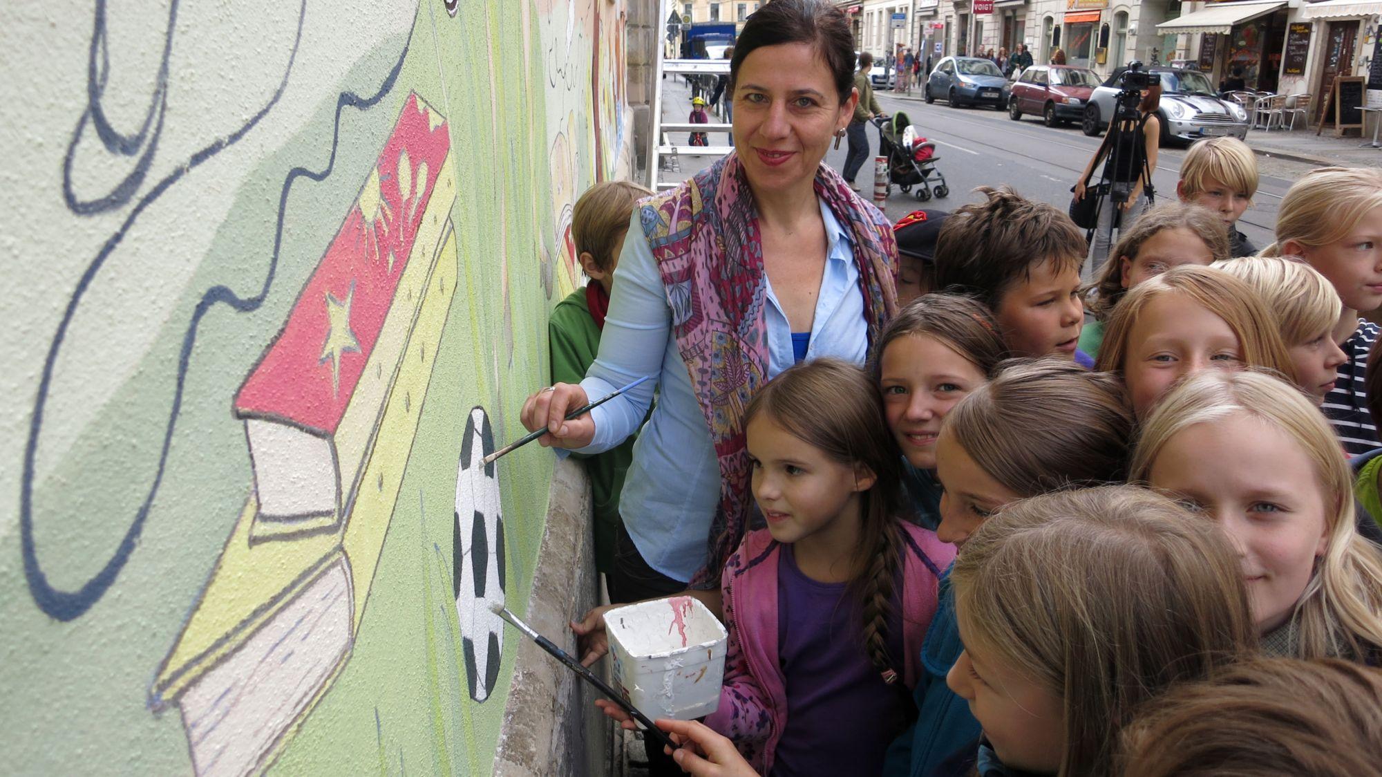 Die 4b und Künstlerin Rita Richter beim letzten Pinselstrich.