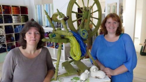 Anja Lorenz-Großer und Franziska Horeth am grünen Spinnrad.