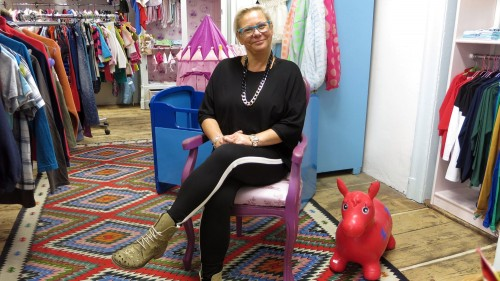 Chefin Yvonne Kühn im neuen Kids-Secondhand auf der Alaunstraße