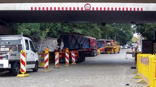 Brückenträger lagern derzeit auf der Conradstraße, hier wird der Pendelbus halten.