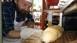Nach wenigen Stunden kann man das fertige Brot aus dem Ofen ziehen.