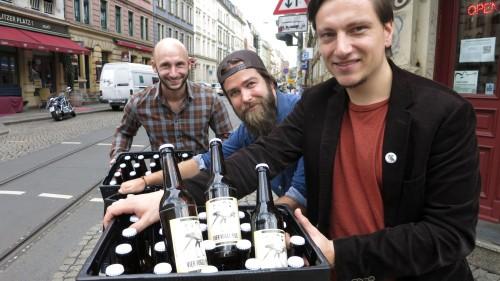 André, Dieter und Georg wollen Bier verschenken.
