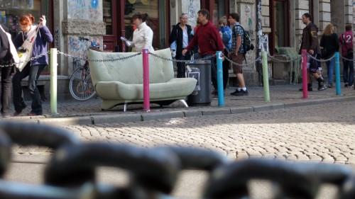Im Mittelpunkt des Geschens: das Sofa
