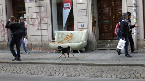 Nach dem Wochenende ist das Sofa weitergewandert und schmückt sich nun mit Graffiti.
