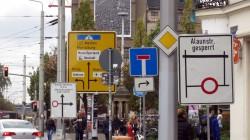 Der Schilderwald auf der Bautzner Straße ist für ein paar Tage noch umfangreicher.